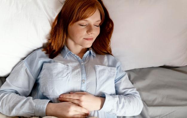 Donna del ritratto a casa che dorme