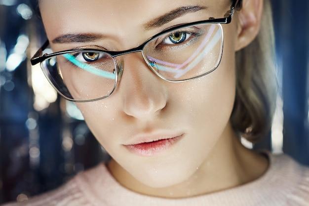 네온 컬러 반사 안경에 여자의 초상화