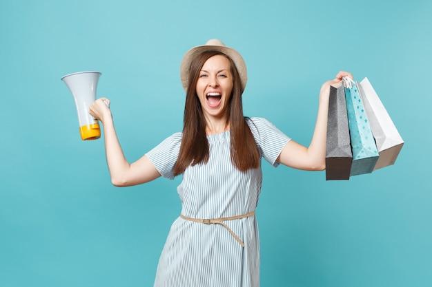 夏のドレスを着た肖像画の女性、買い物後の購入でパッケージバッグを保持している帽子、メガホンで叫ぶ、青いパステルカラーの背景に分離された割引セールを発表します。広告用のスペースをコピーします。