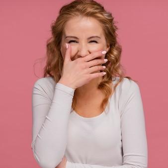笑って、彼女の口を覆う肖像画の女性