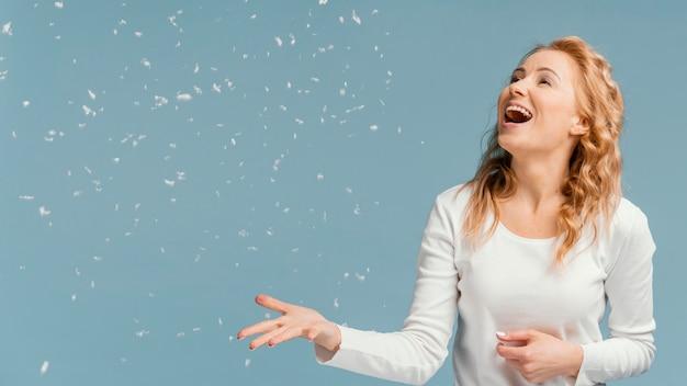 Портрет женщины смеется и смотрит на конфетти