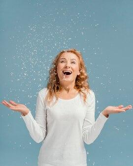 笑って紙吹雪を見ている肖像画の女性