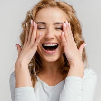 笑っている肖像画の女性