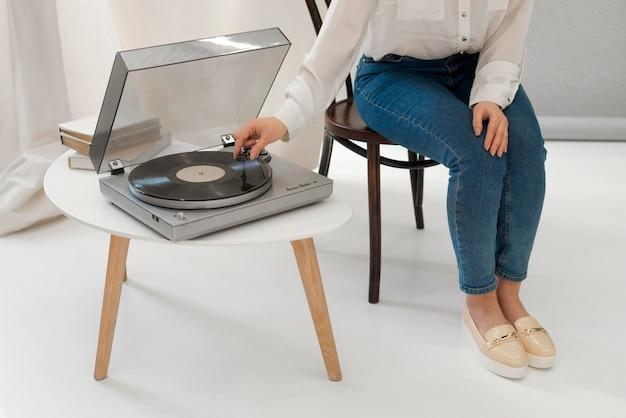 Портрет женщины, слушающей музыку на приеме