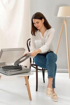 ピックアップで音楽を聞いている肖像画の女性