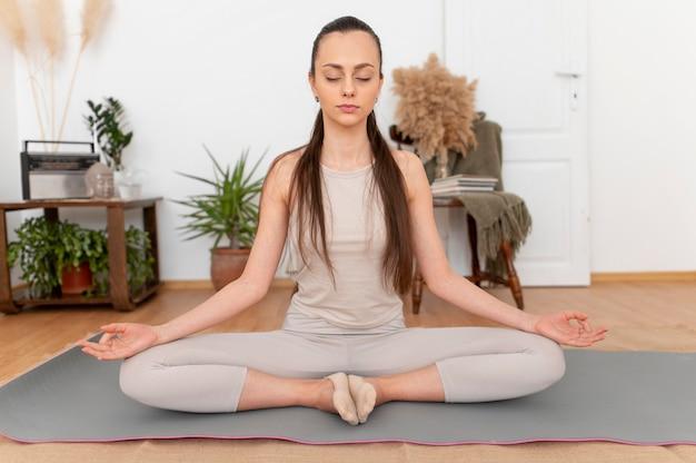 Ritratto di donna meditando Foto Gratuite