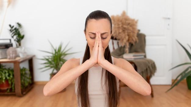 Портрет женщины медитации