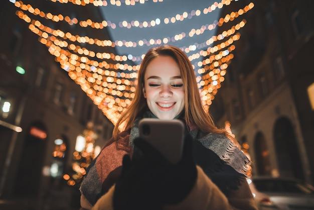 クリスマスの時期に路上で肖像画の女性