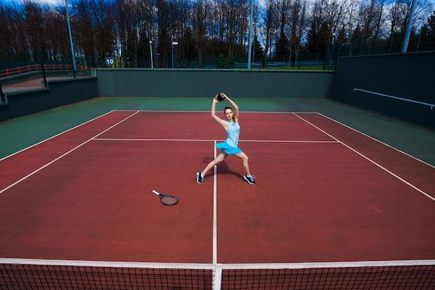 Портрет женщины играют в теннис