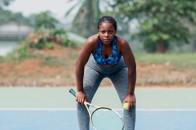 Donna del ritratto che gioca tennis