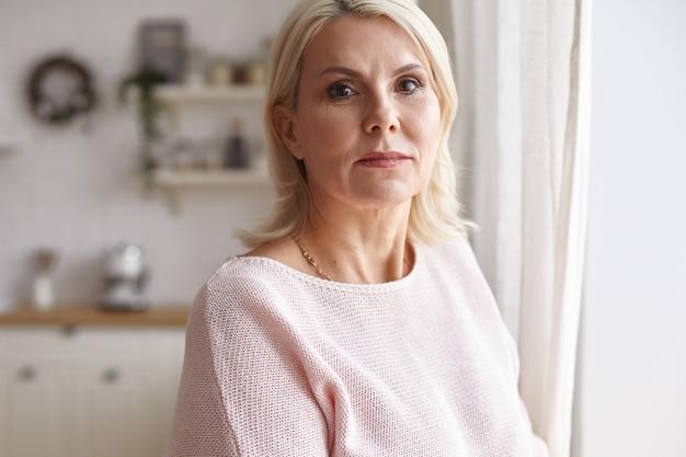Ritratto di una donna in posa in casa