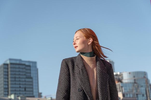 Ritratto di donna in posa all'aperto contro il cielo