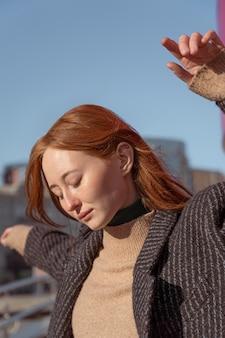 Ritratto di donna in posa all'esterno contro il cielo