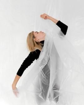 プラスチックホイルでポーズをとる肖像画の女性