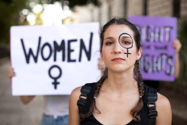 Ritratto di donna che protesta per i suoi diritti