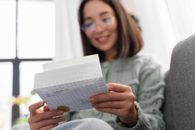 Портрет женщины, читающей письмо