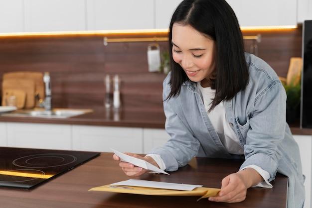 メールを読んでいる肖像画の女性