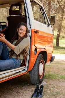 Donna del ritratto che riposa in macchina