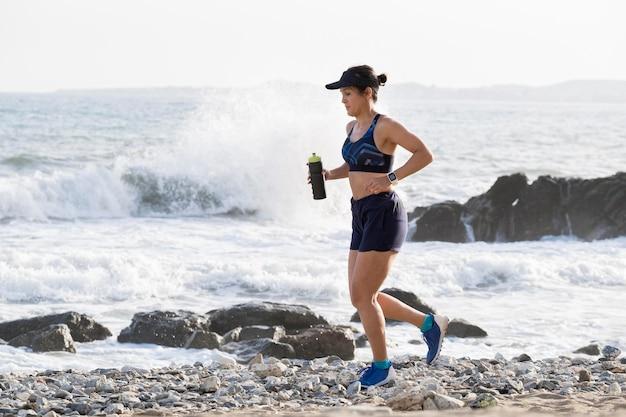 Портрет женщины, бегущей на берегу моря
