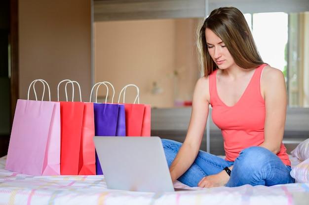 Ritratto di donna shopping online
