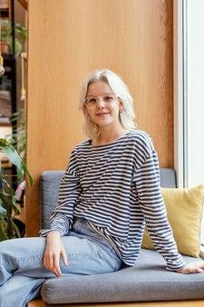Портрет женщины, сидящей на диване