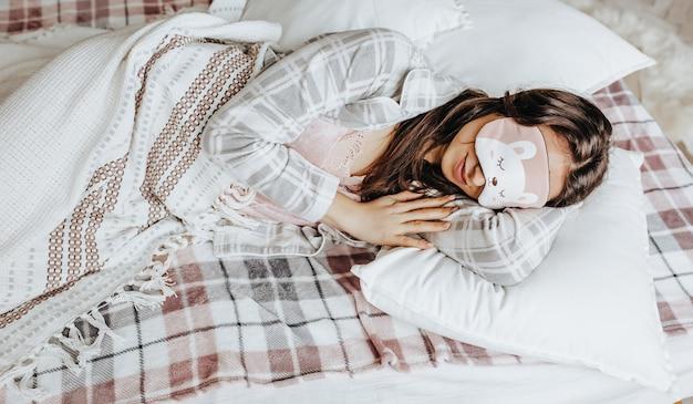 Портрет женщины спит с маской