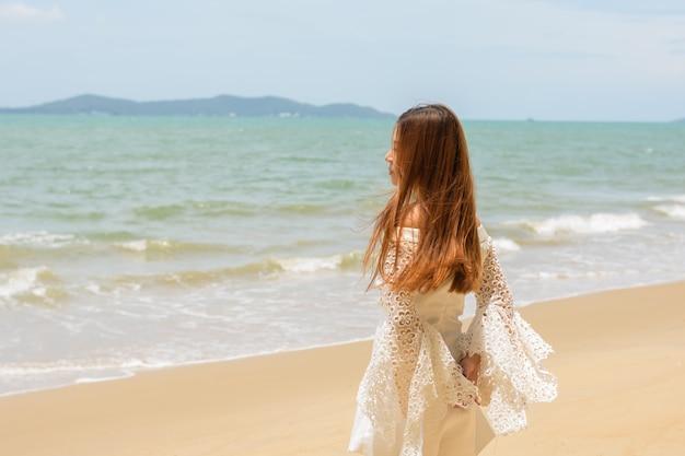 屋外の砂海に立っている肖像画の女性