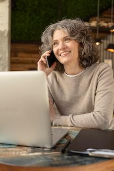 Портрет женщины разговаривают по мобильному телефону