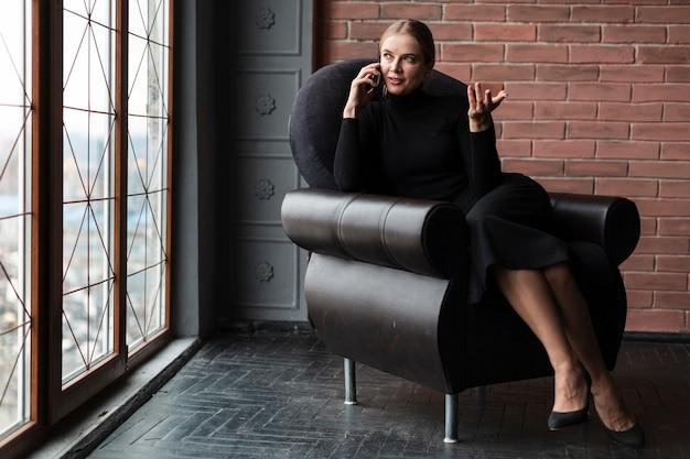Портрет женщина разговаривает по телефону