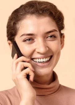 Ritratto di donna che parla al telefono