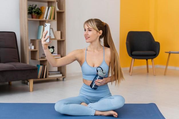 Портрет женщины, тренирующейся дома