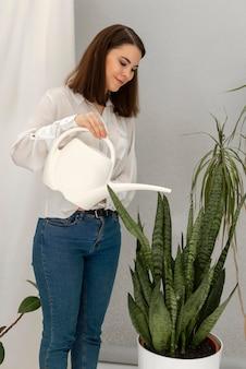 肖像画の女性の水まき植物