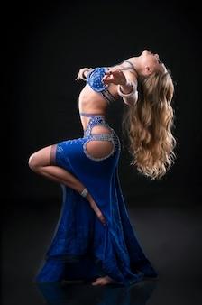 Портрет женщины в платье для танца живота
