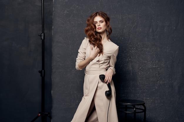 Портрет женщины в элегантном платье