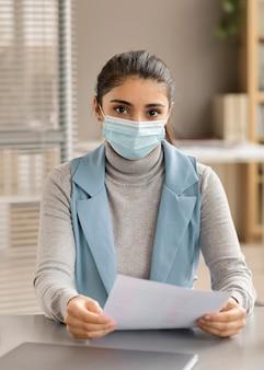 Ritratto di donna che indossa la maschera per il viso