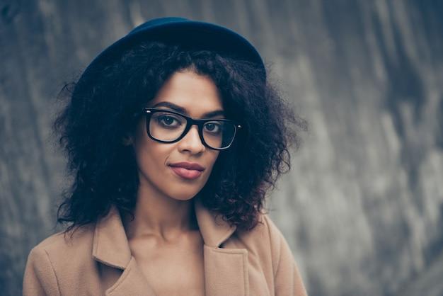 眼鏡と帽子をかぶった肖像画の女性