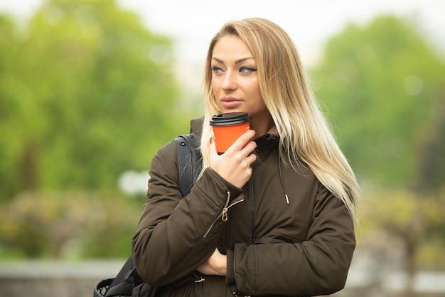 屋外のジャケットを着ている肖像画の女性