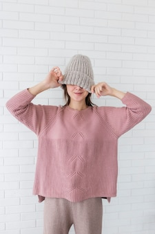 Ritratto di donna che indossa berretto lavorato a maglia