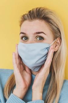 Ritratto di donna che indossa la maschera tessile