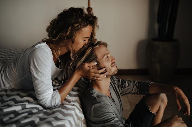 Ritratto di donna che abbraccia e bacia il suo amante in testa