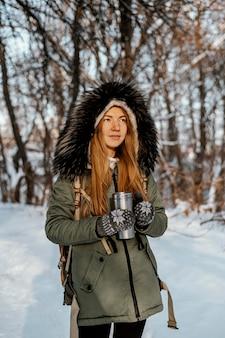 Ritratto di donna con zaino in giornata invernale