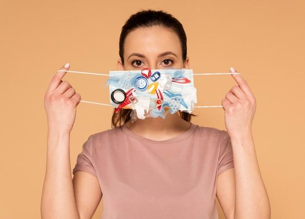 クラフトマスクを持つ肖像画の女性
