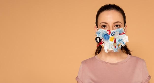 Ritratto di donna con maschera artigianale