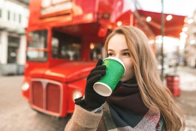 一杯のコーヒーと肖像画の女性