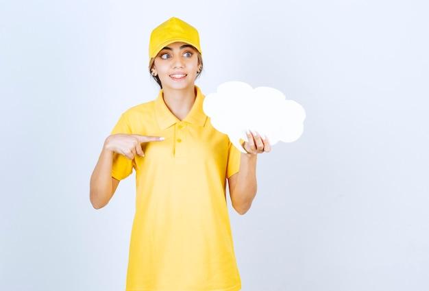 Ritratto di una donna con una nuvola bianca vuota di nuvoletta che punta lontano.