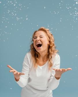 Портрет женщины с закрытыми глазами смеясь