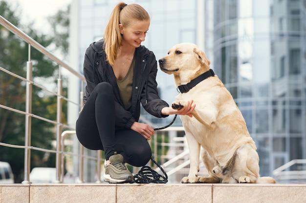 Ritratto di una donna con il suo bellissimo cane