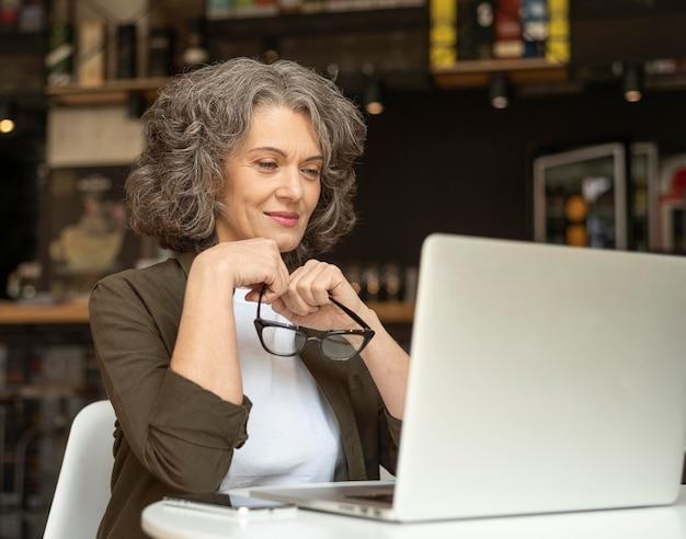 働くラップトップを持つ肖像画の女性