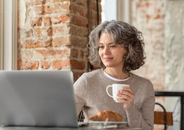 Портрет женщины с рабочим ноутбуком