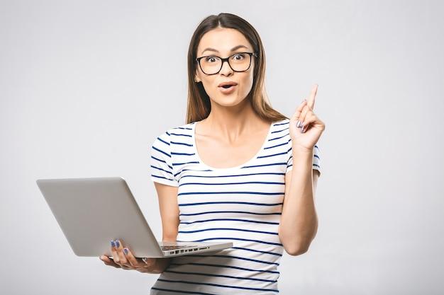 Портрет женщины с ноутбуком